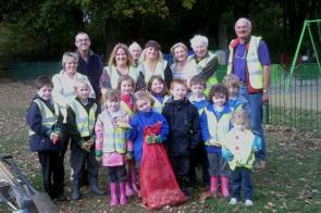 Bulb Planting Group  Crofton Lions and  Anne Dale Infants 017