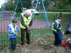 Bulb Planting with Crofton Anne Dale Infants 009